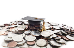 Tampão da graduação na pilha do dinheiro Fotos de Stock