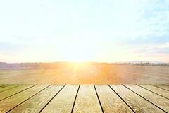 Tampo da mesa com céu e nuvem no dia ensolarado para a exibição do trabalho da exposição do produto Tabela de madeira no fundo bo fotografia de stock royalty free