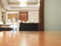 Tampo da mesa com a decoração interior home borrada Imagens de Stock