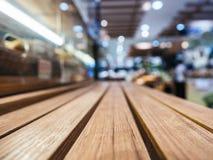 Tampo da mesa com fundo borrado da loja da loja varejo Fotografia de Stock
