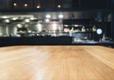 Tampo da mesa com fundo borrado do interior da cozinha Fotografia de Stock Royalty Free