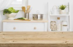 Tampo da mesa com mobília borrada da cozinha como o fundo fotos de stock royalty free