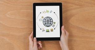 Tampo da mesa com uma tabuleta com os gráficos da Web na tela Foto de Stock