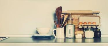 Tampo da mesa da cozinha com mercadorias rústicos dos pratos, da tabela, mantimento e material diferente Copie o espaço imagem de stock