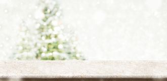 Tampo da mesa de mármore de creme vazio com Natal silenciado abstrato do borrão fotos de stock royalty free