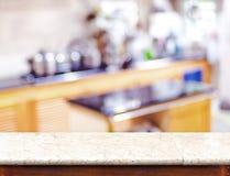 Tampo da mesa de mármore vazio e luz borrada do bokeh da cozinha no backgr fotos de stock