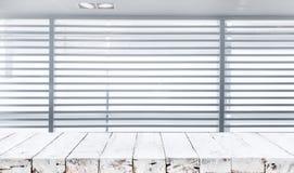 Tampo da mesa de madeira com fundos brancos da janela da cortina do borrão imagens de stock royalty free
