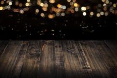 Tampo da mesa de madeira com luzes borradas no fundo Foto de Stock