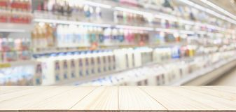 Tampo da mesa de madeira com a mercearia do supermercado do borrão foto de stock royalty free
