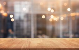 Tampo da mesa de madeira com o café claro do ouro, fundo do restaurante imagens de stock