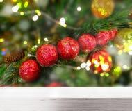 Tampo da mesa de madeira com o fundo das luzes de Natal borrado Foto de Stock Royalty Free