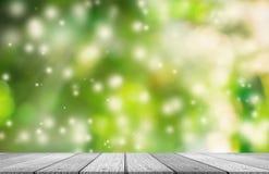 Tampo da mesa de madeira com o fundo das luzes de Natal borrado Imagens de Stock Royalty Free