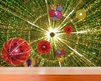 Tampo da mesa de madeira com o fundo das luzes de Natal borrado Foto de Stock