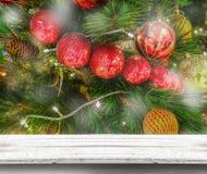 Tampo da mesa de madeira com o fundo das luzes de Natal borrado Imagem de Stock Royalty Free