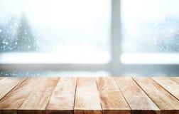 Tampo da mesa de madeira com queda de neve do fundo da estação do inverno Natal imagens de stock royalty free