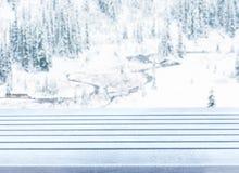 Tampo da mesa de madeira da plataforma da neve vazia pronto para a montagem da exposição do produto Foto de Stock