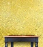 Tampo da mesa de madeira do preto vazio do vintage na parede dourada das telhas de mosaico Fotografia de Stock Royalty Free