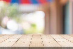 Tampo da mesa de madeira marrom vazio no fundo do borr?o no shopping, espa?o da c?pia para a montagem voc? produto foto de stock