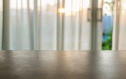 Tampo da mesa de madeira na cortina macia borrada Imagens de Stock