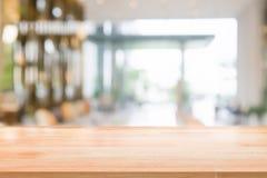Tampo da mesa de madeira na opinião interior borrada do fundo abstrato dentro do hotel da recepção ou do corredor moderno para o  fotos de stock royalty free