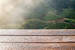Tampo da mesa de madeira na plantação de chá Imagens de Stock