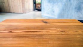 Tampo da mesa de madeira na sala borrada Foto de Stock Royalty Free