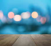 Tampo da mesa de madeira no fundo abstrato com luzes defocused do bokeh Imagem de Stock Royalty Free