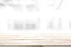 Tampo da mesa de madeira no fundo abstrato do branco do borrão foto de stock royalty free