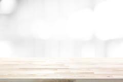 Tampo da mesa de madeira no fundo abstrato do branco do borrão fotos de stock