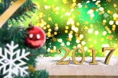 Tampo da mesa de madeira 2017 no fundo da árvore de Natal do bokeh do ouro Imagem de Stock Royalty Free