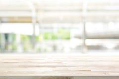 Tampo da mesa de madeira no fundo da janela da cozinha do borrão foto de stock