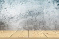 Tampo da mesa de madeira no fundo desencapado do muro de cimento fotografia de stock