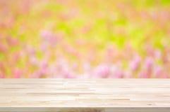 Tampo da mesa de madeira no fundo do jardim do borrão fotos de stock