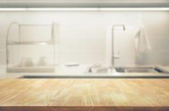 Tampo da mesa de madeira no fundo da sala da cozinha do borrão foto de stock royalty free