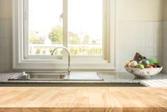 Tampo da mesa de madeira no fundo da sala da cozinha do borrão imagem de stock royalty free