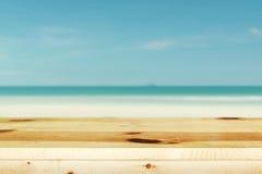 Tampo da mesa de madeira no mar azul borrado Fotos de Stock Royalty Free