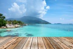 Tampo da mesa de madeira no mar de cristal do andaman da cena bonito Imagem de Stock Royalty Free