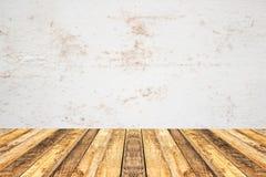 Tampo da mesa de madeira da prancha da perspectiva vazia com blac velho da parede do cimento foto de stock royalty free