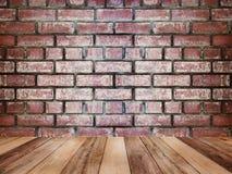 Tampo da mesa de madeira sobre a textura e o fundo da parede de tijolo do vintage imagem de stock