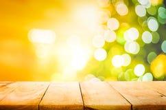 Tampo da mesa de madeira vazio com bokeh da luz do sumário do borrão do Natal imagens de stock