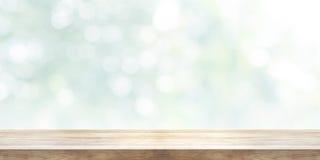 Tampo da mesa de madeira vazio com fundo abstrato borrado Panoram fotografia de stock