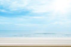 Tampo da mesa de madeira vazio com fundo borrado do mar e do céu imagens de stock royalty free
