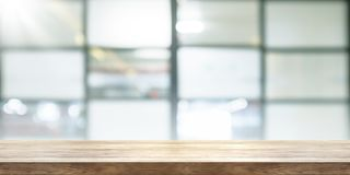 Tampo da mesa de madeira vazio com fundo da janela do coffeeshop do borrão, p fotografia de stock royalty free