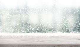 Tampo da mesa de madeira vazio com queda de neve do fundo da estação do inverno f fotos de stock royalty free
