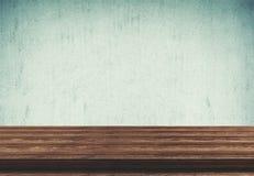 Tampo da mesa de madeira vazio no fundo concreto azul fotografia de stock royalty free