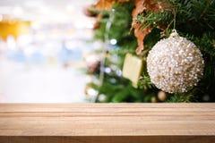 Tampo da mesa de madeira vazio no fundo do Natal fotografia de stock