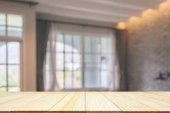 Tampo da mesa de madeira vazio no recurso do hotel fotos de stock
