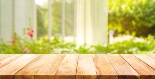 Tampo da mesa de madeira vazio no verde do sumário do borrão do jardim imagens de stock