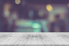 Tampo da mesa de madeira vazio preto e branco no fundo borrado imagem de stock