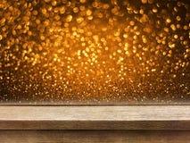 Tampo da mesa de madeira velho no bokeh de cobre do brilho do ouro Fotografia de Stock